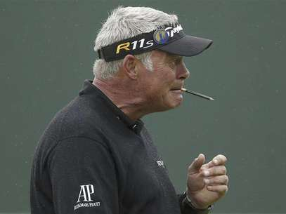 Darren Clarke of Northern Ireland chews on a pencil after putting on the 18th green during a practice round ahead of the British Open golf championship at Royal Lytham and St Annes, northern England July 16, 2012. Foto: Phil Noble / Reuters In English