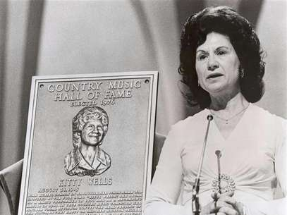 Kitty Wells is inducted into CMA's Country Music Hall of Fame in 1976 on the CMA Awards. Foto: Handout / Reuters In English