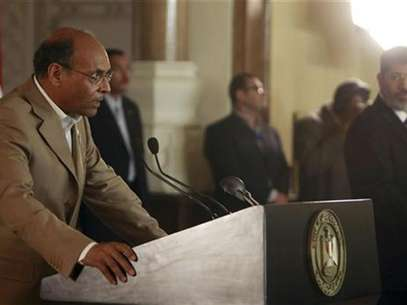 Tunisia's President Moncef Marzouki (L) speaks with Egypt's new Islamist President Mohamed Mursi during their joint news conference after their meeting at the presidential palace in Cairo July 13, 2012. Foto: Amr Abdallah Dalsh / Reuters In English