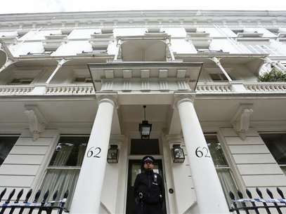 A policeman stands guard in front of the home of Eva Rausing in London July 11, 2012. Foto: Olivia Harris / Reuters In English