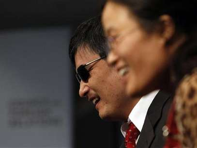 Activist and advocate Chen Guangcheng and his wife Yuan Weijing (R) smile at the Council on Foreign Relations in New York May 31, 2012. Foto: Eric Thayer / Reuters In English