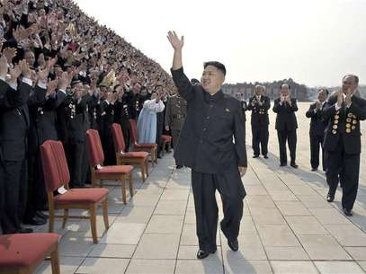 North Korean leader Kim Jong-Un (C) waves as he arrives to take pictures with officials, creators and employees of the Mansudae Art Studio in Pyongyang in this April 19, 2012 file photo. Foto: Files / Reuters In English