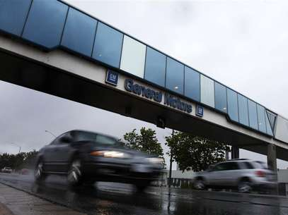 Cars pass under an overpass at the General Motors Car assembly plant in Oshawa, June 1, 2012. Foto: Mark Blinch / Reuters In English