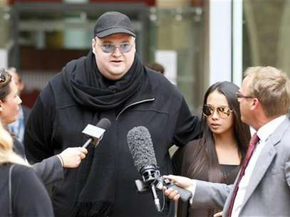 Megaupload founder Kim Dotcom talks to members of the media as he leaves the High Court in Auckland February 29, 2012. Foto: Simon Watts / Reuters In English