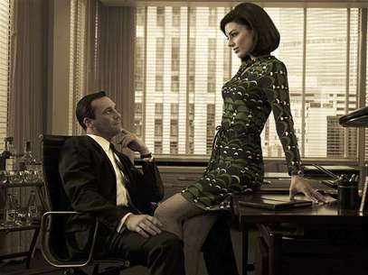 "Stars of AMC drama series ""Mad Men"" Don Draper (Jon Hamm) and Megan Draper (Jessica Pare) are pictured in this AMC handout photo. The show ""Mad Men"" was nominated for the Outstanding Drama Series Emmy in Los Angeles, California, July 19, 2012. Foto: Handouts / Reuters In English"