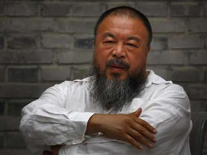 Chinese dissident artist Ai Weiwei folds his arms as he sits on a chair in the courtyard of his studio in Beijing June 20, 2012. Foto: David Gray / Reuters In English