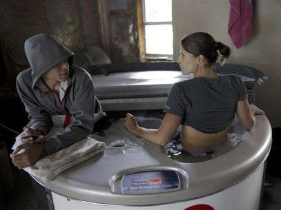 U.S. Olympic tri-athlete Sarah Groff and her boyfriend Ben True (L) sit in an ice bath at their home in Hartford, Vermont after a day of training May 22, 2012. Foto: Brian Snyder / Reuters In English