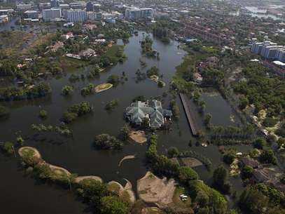 A view of a partially flooded golf course in Bangkok's suburbs November 26, 2011. Thailand's worst floods in 50 years have killed 610 people and devastated industry, but the situation is slowly improving, with water receding in many affected areas. Foto: Athit Perawongmetha / Reuters In English