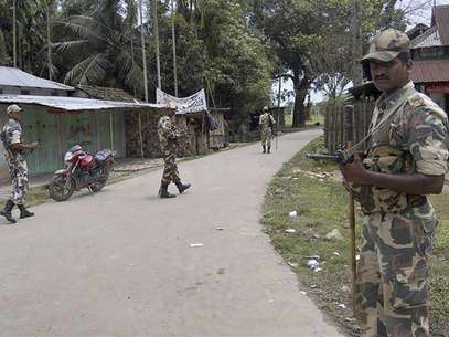 Indian security personnel patrol on a street during curfew near Kokorajhar town in the northeastern Indian state of Assam July 22, 2012. Foto: Stringer / Reuters In English