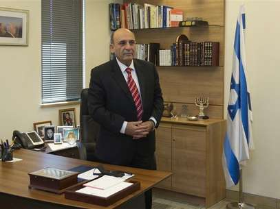Shaul Mofaz, head of the centrist Kadima party, poses for a photo in his office at parliament in Jerusalem, before he was sworn in as a cabinet minister May 9, 2012. Foto: Ronen Zvulun / Reuters In English