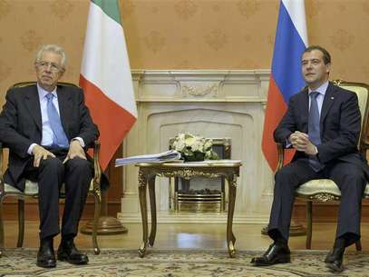 Russian Prime Minister Dmitry Medvedev (R) meets his Italian counterpart Mario Monti in Moscow July 23, 2012. Foto: Pool / Reuters In English