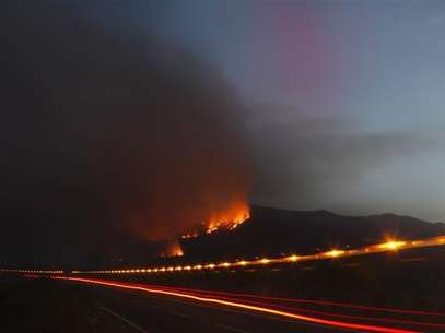 A forest fire is seen on a hill as a fire engine speeds past in the Vilaflor municipality, on the southern part of Spanish Canary Islands of Tenerife, July 18, 2012. Foto: Santiago Ferrero / Reuters In English
