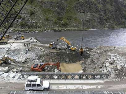 A private vehicle crosses a bridge as excavators are used at the dam site of Kishanganga power project in Gurez, 160 km (99 miles) north of Srinagar June 21, 2012. Foto: Fayaz Kabli / Reuters In English