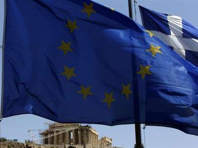 A European Union (E.U.) flag (front) and a Greek flag flutter in front of the monument of Parthenon on Acropolis hill in Athens June 17, 2012. Foto: John Kolesidis / Reuters In English