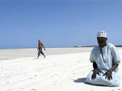 A Muslim man prays on a beach along the Indian Ocean town of Mombasa September 11, 2009, on the third Friday of the holy month of Ramadan. Foto: Joseph Okanga / Reuters In English