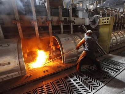 A worker operates an electrolysis furnace, which produces aluminium from raw materials, at the Rusal Krasnoyarsk aluminium smelter in the Siberian city of Krasnoyarsk, May 18, 2011. Foto: Ilya Naymushin / Reuters In English