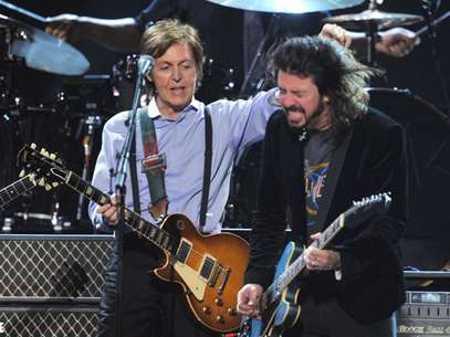 Dave Grohl tocando con el ex-beatle Paul McCartney. Foto: Getty Images