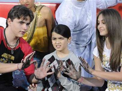 Singer Michael Jackson is immortalized in a ceremony where his children (L-R) Prince, Blanket and Paris use Jackson's shoes and gloves and their own hands to make imprints in cement in the courtyard of Hollywood's Grauman's Chinese Theatre in Los Angeles on January 26, 2012. Foto: Phil McCarten / Reuters In English