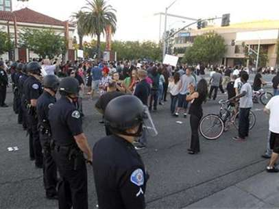 Police officers from Orange County in riot gear walk towards protesters attempting to occupy the corner of Anaheim Blvd. and Broadway to demonstrate against recent police shootings in Anaheim, California July 24, 2012. Foto: Alex Gallardo / Reuters In English
