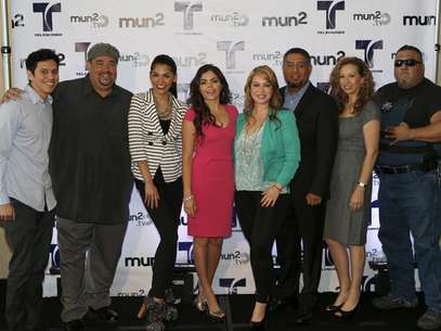 (L-R) Eric Ochoa, Operacion Repo's Lou Pizarro, 'Crash' Barrera, Yarel Ramos, Chiquis, mun2's Senior V.P. of Programming and Production Flavio Morales, mun2 General Manager Diana Mogollon and Fugitivos' Roman Morales Foto: Courtesy of mun2