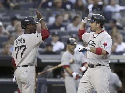 Adrian Gonzalez (right) congratulates Pedro Ciriaco after he scored the final run in Boston's 8-6 win over the New York Yankees Saturday night. Foto: Seth Wenig / AP