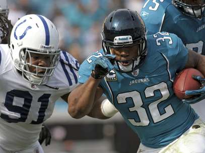 Jacksonville Jaguars running back Maurice Jones-Drew (32) makes a moves to get past Indianapolis Colts defensive tackle Ricardo Mathews (91) during the first half of an NFL football game on Sunday, Jan. 1, 2012, in Jacksonville, Fla. Foto: AP