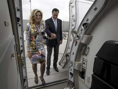 U.S. Republican Presidential candidate Mitt Romney steps aboard his chartered aircraft with his wife Ann in Tel Aviv, July 30, 2012. Foto: Jason Reed / Reuters In English