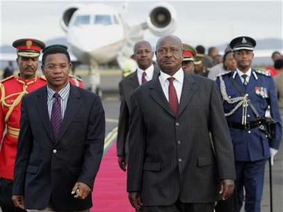 Uganda's President Yoweri Museveni (R) is escorted by Tanzanian Foreign Affairs minister Bernard Membe (L) upon arrival at Kilimanjaro Airport in Tanzania, May 21, 2008. Foto: Antony Njuguna / Reuters In English