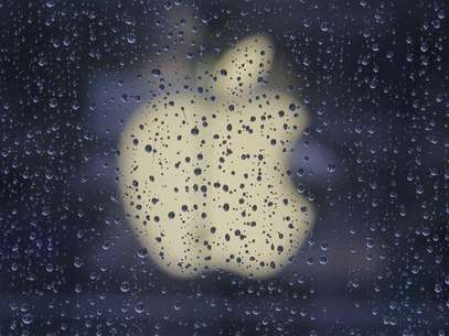 Raindrops are seen in front of an Apple logo outside an Apple store in Shanghai February 22, 2012. Foto: Aly Song / Reuters In English