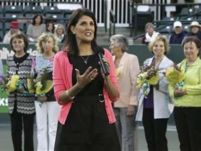 "South Carolina Gov. Nikki Haley (front C) address the crowd as she recognizes the ""Original Nine"", founders of the women's professional tennis circuit, during a special presentation of the 40th anniversary of the women's professional tennis association at the Family Circle Cup tennis tournament in Charleston, South Carolina April 7, 2012. Foto: Mary Ann Chastain / Reuters In English"