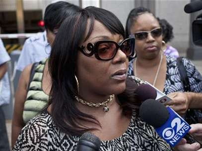 Joy White, the biological mother of Carlina White, speaks to the media after a court sentencing for Ann Pettway, in New York July 30, 2012. Foto: Andrew Burton / Reuters In English