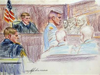 Sergent Adam Holcomb (L), looks on during court-martial proceedings at Fort Bragg, North Carolina in this artist's rendering July 24, 2012. Foto: Jerry Mcjunkins / Reuters In English