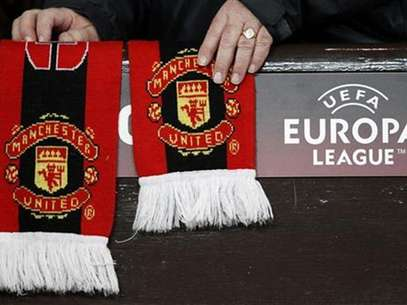A Manchester United supporter adjusts a club scarf before their Europa League second leg round of 32 soccer match against Ajax at Old Trafford in Manchester, northern England, February 23, 2012. Foto: Phil Noble / Reuters In English