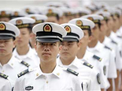 Chinese People's Liberation Army (PLA) navy sailors stand in a line and wait to attend a ceremony at the Great Hall of the People in Beijing, July 19, 2012. Foto: Jason Lee / Reuters In English