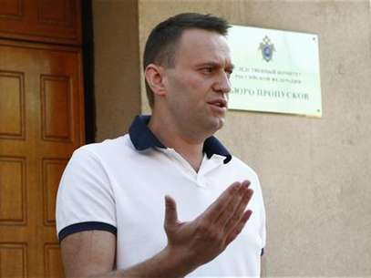 Prominent anti-corruption blogger and opposition leader Alexei Navalny speaks to the media after arriving at the Investigative Committee of the Russian Federation in Moscow July 31, 2012. Foto: Mikhail Voskresensky / Reuters In English