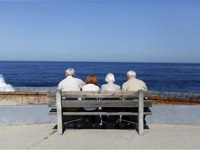 A pair of elderly couples view the ocean and waves along the beach in La Jolla, California March 8, 2012. Foto: Mike Blake / Reuters In English