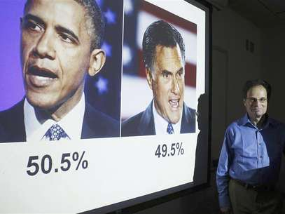 Emory professor Alan Abramowitz poses in front of a slide predicting President Barack Obama as winning the 2012 U.S. Presidential election at Emory University in Atlanta, Georgia, July 27, 2012. Foto: Tami Chappell / Reuters In English