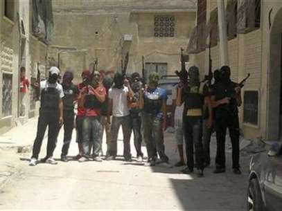 Syrian rebel fighters pose for a picture in Hama July 20, 2012. Foto: Handout / Reuters In English