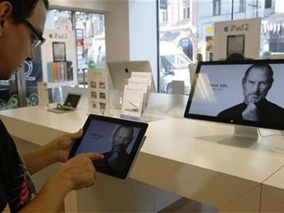 A customer looks at the screen of an iPad in an Apple store in central Prague, October 6, 2011. Foto: Petr Josek / Reuters In English