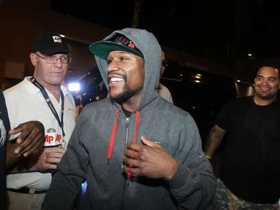 Floyd Mayweather Jr., exits the Clark County Detention Center after serving two months of a three-month sentence in a misdemeanor domestic battery case, Friday, Aug. 3, 2012, in Las Vegas.  Foto: AP in English