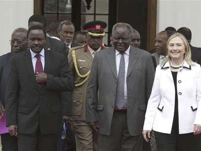 Kenya's President Mwai Kibaki (C), flanked by U.S. Secretary of State Hillary Clinton (R) and his vice-president Kalonzo Musyoka (L), leaves after a meeting at State House in capital Nairobi August 4, 2012. Foto: Noor Khamis / Reuters In English