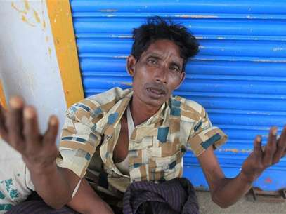 A Rohingyas man from Myanmar gestures after being arrested by Border Guards of Bangladesh (BGB) while trying to get into Bangladesh, in Teknaf June 18, 2012. Foto: Andrew Biraj / Reuters In English