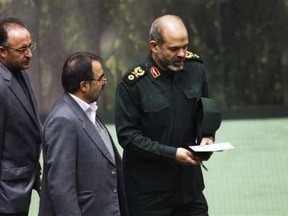 Iranian Defense Minister General Ahmad Vahidi (R) walks in parliament in Tehran November 1, 2011. Foto: Raheb Homavandi / Reuters In English