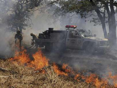 Firefighters battle a wildfire near the town of Noble in Cleveland County, south of Oklahoma City, Oklahoma, August 4, 2012. Foto: Garett Fisbeck / Reuters In English