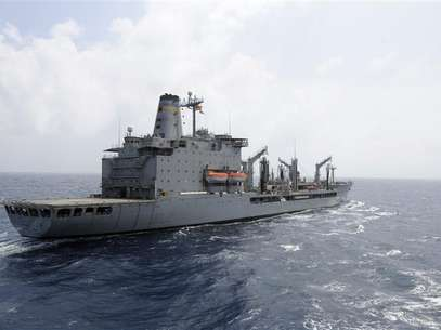 The U.S. Navy supply ship USNS Rappahannock maintains station as it prepares a replenishment at sea in this U.S. Navy photo handout photo taken in the South China Sea March 21, 2012. Foto: Handout / Reuters In English