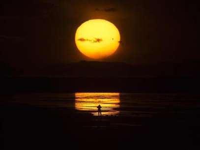 The planet Venus makes a transit as a person watches the sun set over the Great Salt Lake outside Salt Lake City, Utah, June 5, 2012. Foto: Jim Urquhart / Reuters In English