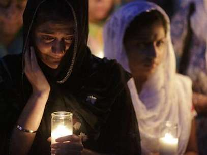 Mourners cry during a candlelight vigil at the Sikh Temple in Brookfield, Wisconsin August 6, 2012. Foto: John Gress / Reuters In English