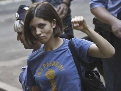 "Nadezhda Tolokonnikova (C), a member of the female punk band ""Pussy Riot"", is escorted by police before a court hearing in Moscow August 8, 2012. Foto: Maxim Shemetov / Reuters In English"