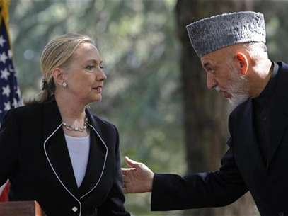 U.S. Secretary of State Hillary Clinton (L) and Afghan President Hamid Karzai hold a joint news conference in Kabul July 7, 2012. Foto: Omar Sobhani / Reuters In English