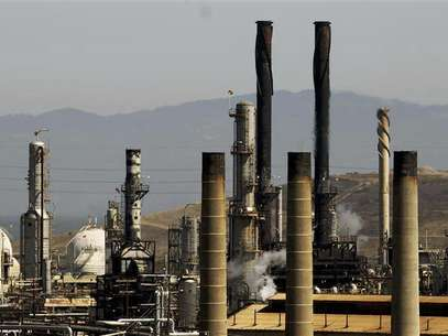 Chevron Corp's refinery, struck by a major fire late on Monday that roiled local gasoline markets, is shown still smouldering in Richmond, California August 7, 2012. Foto: Robert Galbraith / Reuters In English